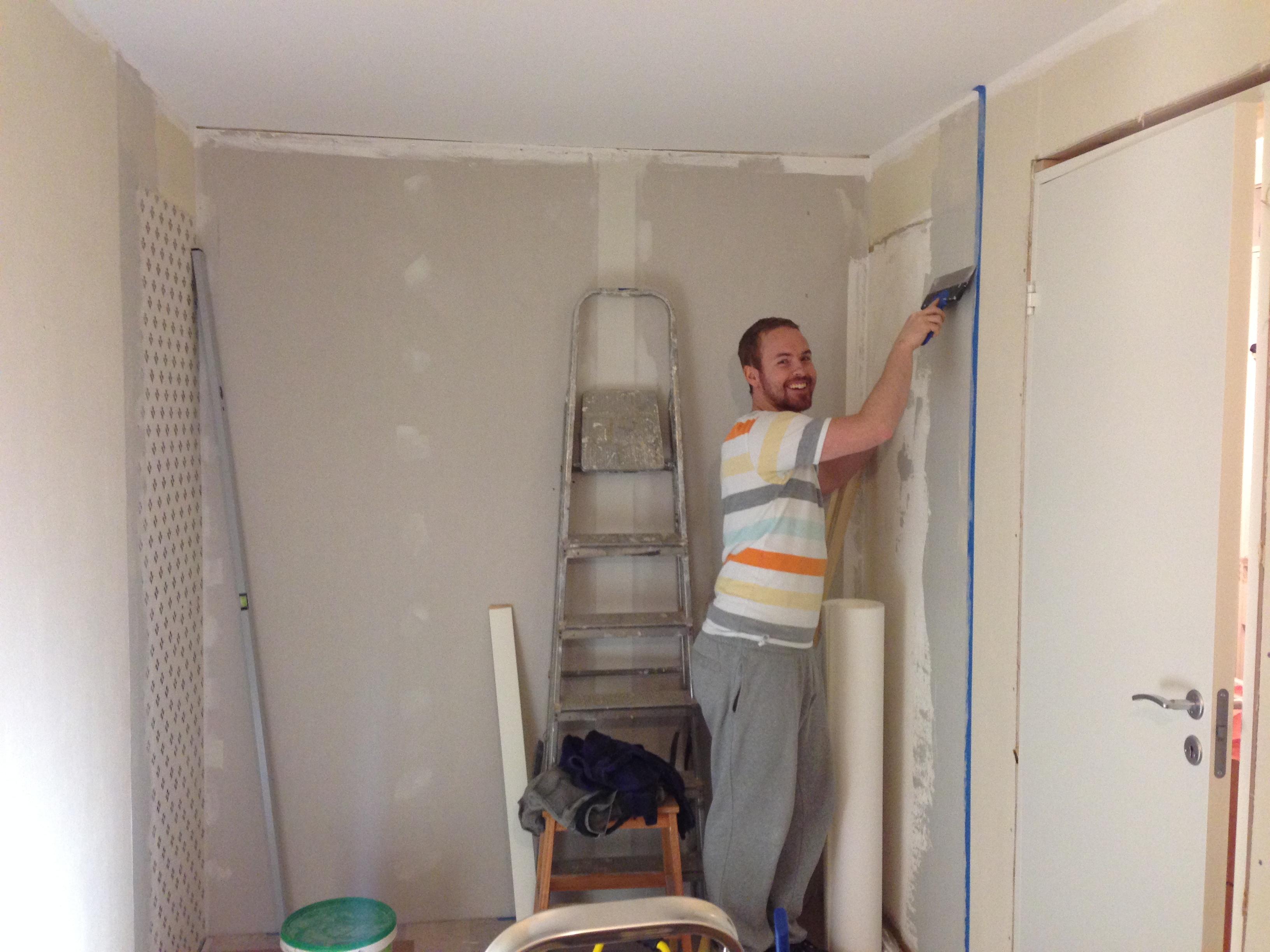 Jørgen sparkler og gjør klart til maling.