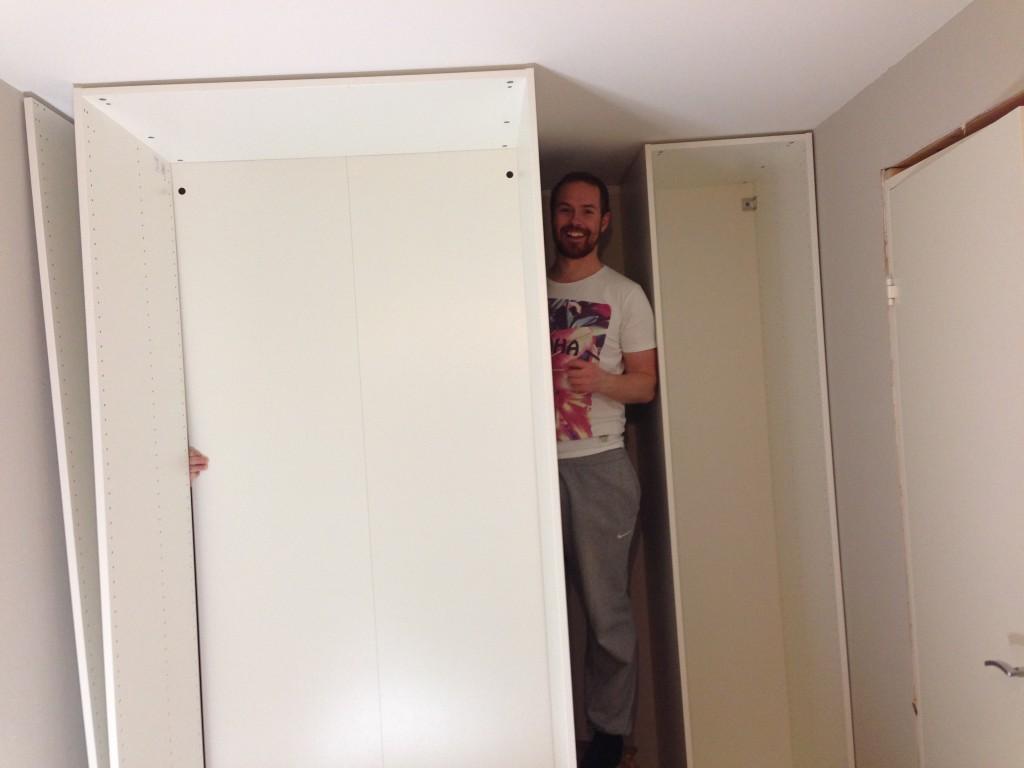 Montering av garderobeskap.